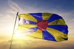 Westflandern-Westen--Vlaanderenprovinz des Belgien-Flaggentextilstoffgewebes, das auf den Spitzensonnenaufgangnebelnebel wellenar stockfotos