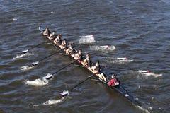 Westford-Gemeinschaftsrudersport-Mannschaft läuft im Kopf von Charles Regatta Men-` s Jugend Eights Stockbilder