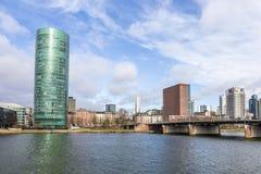 Westhafen塔在港口区域在河主要的法兰克福 免版税库存图片