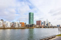 Westhafen塔在港口区域在河主要的法兰克福 库存图片