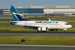 Westjet Boeing 737 a poussé l'inverse Photo stock