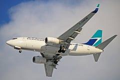 WestJet Boeing 737-700 C-GWCM på Toronto Pearson Arkivbild