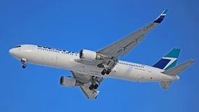 WestJet Boeing 767-300ER C-FOGT em Toronto Pearson Airport fotos de stock royalty free