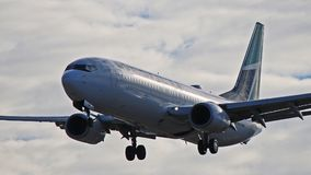 WestJet Boeing 737-800 na aproximação final a YYZ imagem de stock royalty free