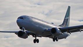 WestJet Boeing 737-800 på sista inställning till YYZ Royaltyfri Bild