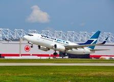 WestJet C-FWSF Boeing 737 décollant Photographie stock libre de droits