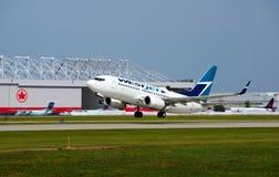 WestJet C-FWSF Boeing 737 décollant Images libres de droits