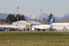 Westjet s'est garé dans le terminal d'aéroport Images stock
