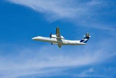 WestJetbombardier Q400 vliegtuig het opstijgen Stock Afbeeldingen