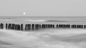 Westlich des Mondes über der Ostsee Stockbild