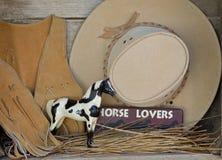 Westliche Lebensdauer des Cowboycowgirls noch für Pferdengeliebte Stockfotos