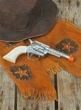 Westlicher Hut, Weste u. Spielzeuggewehr. Stockbilder