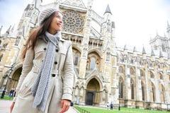Westminster- Abbeykirche London mit junger Frau Lizenzfreie Stockfotos