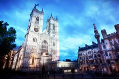 Westminster- Abbeykirchenfassade nachts, London Großbritannien Stockbilder