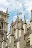 Westminster Abbeynahaufnahme mit Markierungsfahnenflugwesen Stockbilder