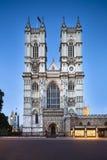 Westminster abbotskloster i London med blå natthimmel Arkivfoton