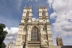 Westminster abbotskloster, London, blå himmel och pösiga vita moln Royaltyfri Fotografi