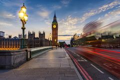 Westminster-Brücken- und Big Ben-Glockenturm in London nach Sonnenuntergang stockfotografie