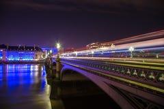 Westminster bro London på natten Arkivfoto