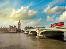 Westminster bro och hus av parlamentet på solnedgången, London. B Royaltyfri Foto