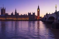 Westminster ilumina o roxo fotografia de stock