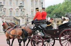 Westminster, Londen, ENGELAND 11 Juni, 2016: De golven van prinsHarry buiten Buckingham Palace tijdens zich het verzamelen van de Stock Afbeeldingen
