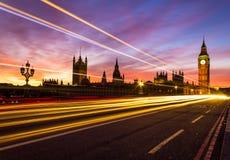 Westminster och en ljus slinga arkivfoto