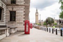 Westminster och röda telefonaskar i London Royaltyfri Bild