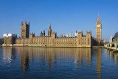 Westminster op een heldere dag met bezinningen Stock Foto's
