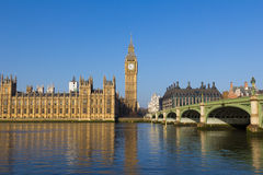 Westminster op een heldere dag met bezinningen Stock Afbeeldingen