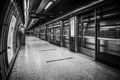 Westminster station med drevet i svart & vit Royaltyfri Foto