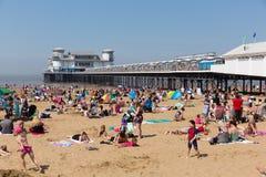 Weston-super-merrie strand en pijler bezig met families die van het mooie Mei-weekend van de bankvakantie genieten royalty-vrije stock foto's