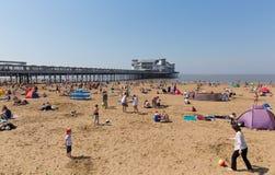 Weston-super-merrie strand en pijler bezig met families op het mooie Mei-weekend van de bankvakantie stock foto's