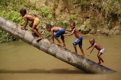 Westpapuan childs, die das kalte Wasser genießen Lizenzfreie Stockfotos