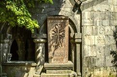 Westseite des Vestibüls der Kirche von StGregory in Sanahin, mit Steinkreuz Lizenzfreies Stockbild