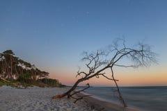Weststrand en el mar Báltico por la tarde con el cielo estrellado como exposición larga Imagen de archivo libre de regalías
