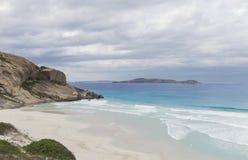 Weststrand mit weißem Sand an einem bewölkten Tag Stockbilder