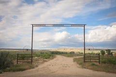 Westszenen-Frühsommer-Landschaft des Tor-Eingangs zu einer Colorado-Ranch lizenzfreie stockfotografie