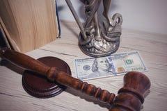 Wet en rechtvaardigheidsconcept Houten hamer van de rechter, boeken, schalen van rechtvaardigheid royalty-vrije stock foto