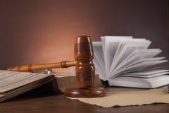 Wet en rechtvaardigheidsmateriaal op houten lijst, donkere achtergrond Royalty-vrije Stock Afbeeldingen