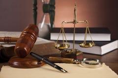 Wet en rechtvaardigheidsmateriaal op houten lijst, donkere achtergrond Royalty-vrije Stock Foto's