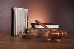 Wet en rechtvaardigheidsmateriaal op houten lijst, donkere achtergrond Royalty-vrije Stock Fotografie