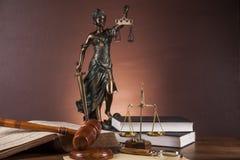 Wet en rechtvaardigheidsmateriaal op houten lijst, donkere achtergrond Royalty-vrije Stock Foto