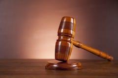 Wet en rechtvaardigheidsmateriaal op houten lijst, donkere achtergrond Stock Fotografie