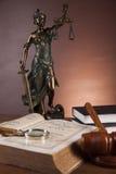 Wet en rechtvaardigheidssamenstelling met donkere achtergrond Stock Fotografie