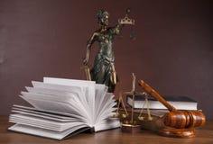 Wet en rechtvaardigheidssamenstelling met donkere achtergrond Royalty-vrije Stock Foto's