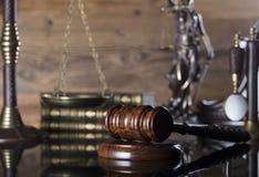 Wet en rechtvaardigheidsthema - rechtersconcept stock foto's