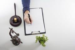 wet jurisprudentie De man in de werkplaats royalty-vrije stock fotografie