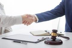 Wet, raad en de Juridische dienstenconcept Advocaat en procureur die teamvergadering hebben bij advocatenkantoor royalty-vrije stock foto's