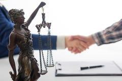 Wet, raad en de Juridische dienstenconcept Advocaat en procureur die teamvergadering hebben bij advocatenkantoor stock foto